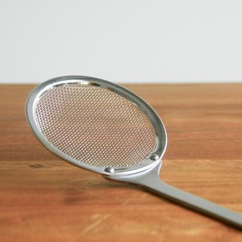 揚げカスは調理中もこまめに取っていく必要があるので、網じゃくしを用意しておきましょう。網目の細かいものだと小さなカスもしっかりとすくえます。キッチンペーパーを敷いたお皿やバットと一緒に置いておくと、すくったカスをパッと落とせますよ。