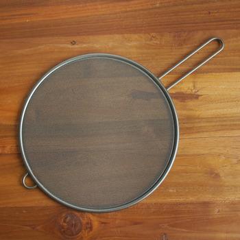 工房アイザワのキッチンネットは網目が細かいのが特徴。油ハネをしっかりガードし、コンロ周りの汚れや火傷を防いでくれます。フッ素加工が施してあるのでお手入れが楽なところもメリット♪