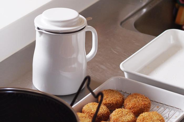 揚げカスを取り除いた油は、オイルポットなどふたのついた容器に入れて冷暗所に保管しましょう。ふたは油が完全に冷めてから閉めるのがポイント。油が熱い内にふたをしめると水蒸気がふたに付き、油の中に水が混じる原因になります。