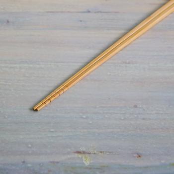 揚げ物には30cm以上の長さのある菜箸を使うと安心です。竹製の素材のものだと、菜箸の先で油の温度を確認することができますよ。(温度の確認の仕方は後ほどご紹介)
