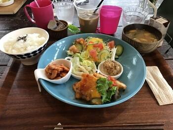 お野菜デリプレートは、新鮮な野菜をたっぷりと使った4種類のデリを味わる人気メニュー。優しい味付けで野菜本来の味を堪能できます。その他には、10種類のトッピングがうれしいパワーサラダなど健康的で美味しいメニューもあります。