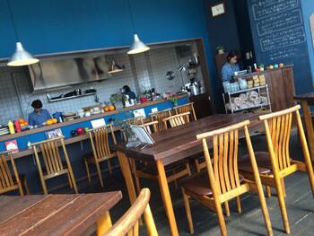 ブルーを基調としたおしゃれな店内は、カウンターとテーブル席があり、一人でも友達とも利用しやすい空間になっています。