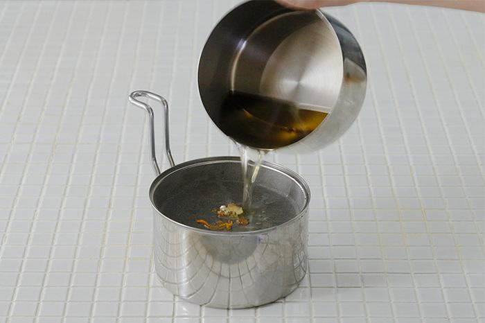 残った油を保存する場合は、揚げカスを取り除いて、なるべくキレイな状態にしておきましょう。キッチンペーパーや濾し器のついたオイルポットなどを使って濾していきます。冷めるとドロッとしてろ過しにくくなるので、あたたかい内にするのがポイントです。