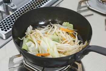 揚げ物の頻度が少ない場合は、炒めものなど普段の調理でこまめに使ってしまうがおすすめです。油がムダにならない上に、酸化する前に使い切ることができますよ。残った揚げ油が少なめの時にはぜひ試してみてくださいね。