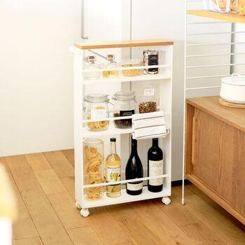スリムでナチュラルなデザインのワゴンです。瓶などの背の高いアイテムを入れても、バーが付いているから安心。キッチンやランドリーで使えそう。