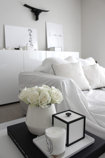 お花もキャンドルも、お部屋に飾るものはすべてモノトーンで統一しています。背筋をシャンと伸ばして生活したくなりますね。