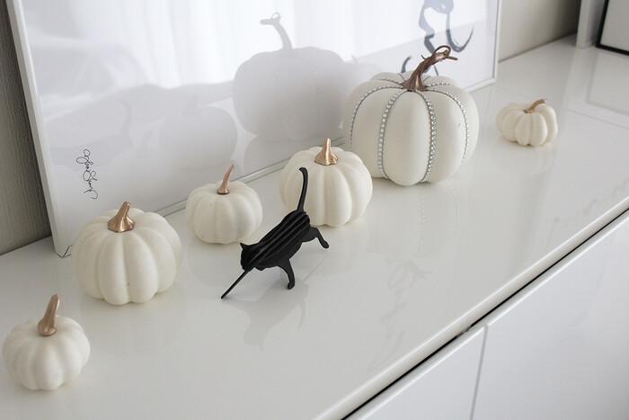 ハロウィンなどシーズン物の雑貨も、モノトーンのものをセレクト。生活感を出さずに季節感を出すことができますね。