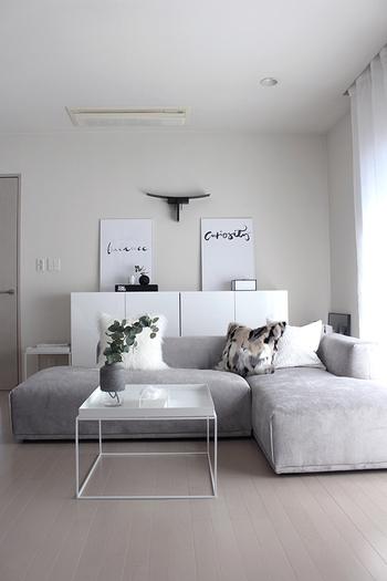 薄めのグレーのソファーは優しい印象。背もたれが低めのタイプを選べば、圧迫感がありません。家具はホワイトのものをセレクトしてさわやかインテリアに。