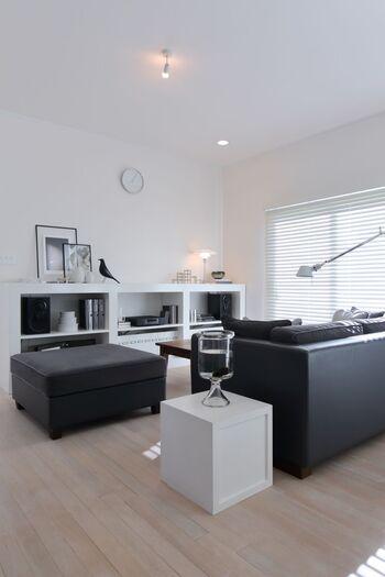 黒の存在感あるソファーを置いているのに圧迫感がないのは、ほかの家具を白で統一しているから。インテリアの色を白・黒・グレーの3色で収めているからごちゃついて見えませんね。