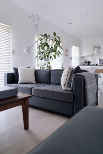 落ち着いた印象のグレーのソファー。クッションカバーは白&グレーの無地のものにしてすっきりとまとめています。