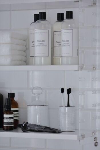洗面雑貨やタオルなどもモノトーンで統一。外国のおしゃれなホテルみたいな雰囲気になりますね。