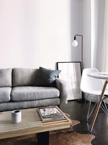 家具もすべてモノトーンにしてしまうとなんだか味気ない…。でも、テーブルの天板、テーブルの脚など、部分的に木を用いた家具をセレクトすれば温もりが生まれます。