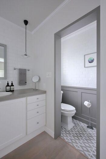 洗面所&トイレもグレー×ホワイトのモノトーンに。ブラック×ホワイトよりもやさしく柔らかな印象になりますね。