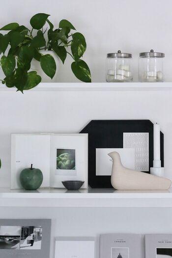 モノトーンの雑貨をオープンラックにディスプレイ。ガラス、陶器、ウッドなどさまざまな材質のアイテムを組み合わせることで、インテリアに深みと奥行きをプラス。