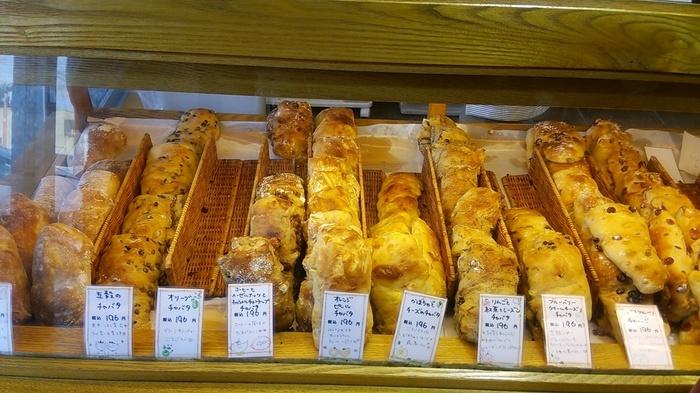 パンは常時200種類以上も焼き上げられており、並ぶパンの種類に驚く方も多いのも納得です。特徴的なのは「チャパタ」の種類が豊富なことです。様々なフレーバーの美味しいチャパタがいただけますよ。他にもハード系・ソフト系・デニッシュ系など、ついつい買いすぎてしまう魅力的なパン屋さんです。