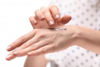 前途の通り、手の潤い成分は簡単に水で流れてしまいますので、「手洗い、うがい、ハンドクリーム」をセットで行う習慣を心がけるようにすると良いでしょう。
