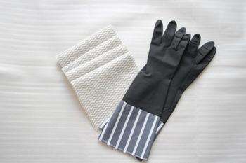 食器用洗剤は油汚れを落とすために洗浄力が強いものが多いため、手へのダメージも大きくなってしまいがち。お皿洗いや水回りの掃除などの際は、必ずゴム手袋をするようにしましょう。