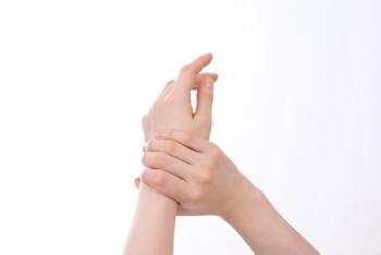 年齢が出やすい手の甲は、週に1回スクラブでケアをしましょう。水で濡らした手を市販のスクラブを使って円を描くように優しくクルクルとさするだけで、厚くなった古い角質を取り去ってツルツル肌にしてくれます。