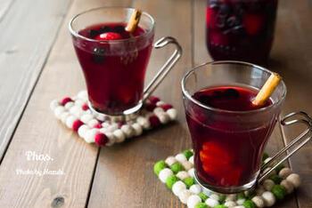 紅茶でサングリアを割るのも大人好みのおいしさ。紅茶とフルーツは相性がいいので、意外に自然な組み合わせかもしれませんね。秋冬はホットワインのように飲むのもいいですね。