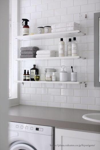 グレー×ホワイトの洗面台。こだわって選んだ洗面グッズはオープンラックに見せる収納。
