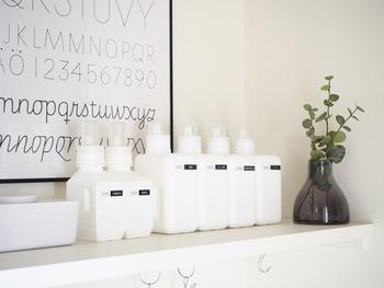 洗濯洗剤や柔軟剤のボトルって、文字がごちゃごちゃと書いてあるからどうしても生活感が出がちですよね。ホワイトのボトルを用意して、中身を詰め替えすることですっきりとした見た目に。