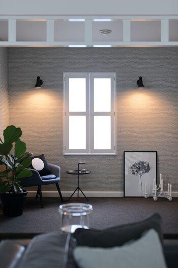 グレーの壁にグレーの床。これだけだと地味な印象ですが、モノトーンのインテリア小物を効果的にディスプレイすることでスタイリッシュにまとめています。壁面に取り付けた間接照明と観葉植物がお部屋に温かみをプラスしてくれています。