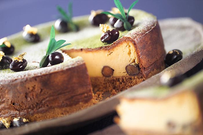 しっとりとした濃厚なチーズケーキに黒豆を加えたアレンジです。黒豆をプラスすることでチーズケーキがちょっぴり和風のデザートに。表面にまぶした抹茶の粉と合わさり、お正月にぴったりの上品な味わいです。