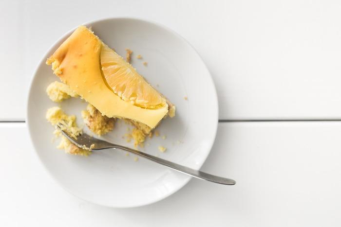 風味豊かでどっしり、チーズのコクが際立つベイクドチーズケーキ。さっぱりとした酸味を活かした、冷やし固めるレアチーズケーキ。それぞれ違った魅力がありますよね。実はどちらも簡単に作れるお菓子なので、レシピを参考にしてぜひ手作りしてみましょう!