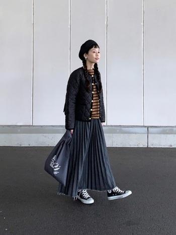 珍しいデニムのプリーツスカート。エレガントだけど裾が切りっぱなしデザインになっていてカジュアルなスタイルにもマッチします。トップスとアウターはショート丈で軽快に着こなして。