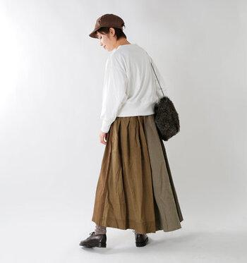 異なる色、素材の布を組み合わせているので、前後で印象が異なる凝ったつくり。トップスはシンプルにして、スカートを主役にしたコーデにしたいですね。