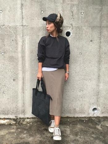 モカブラウンのタイトスカート。黒のスウェットと合わせてスポーティに。インナーをチラ見せしたり袖はまくってこなれ感を出して。