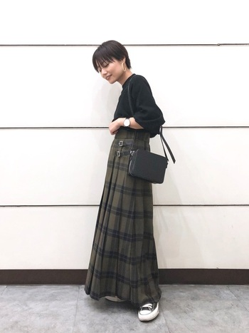 モスグリーンのチェックのロングマキシスカート。黒のアイテムを合わせてシックに着こなして。