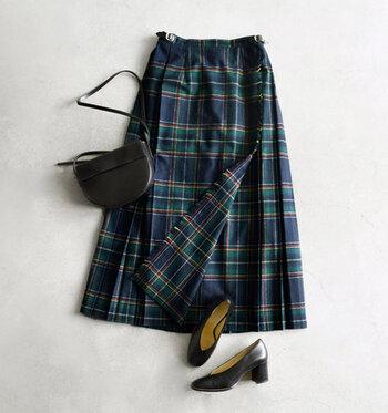 軽快で活動的なパンツスタイルもいいけれど、スカートを履くとなんだか女性らしく特別な気持ちになれますよね。 この秋、挑戦したいスカートコーデを、素材や色、柄別にご紹介します。