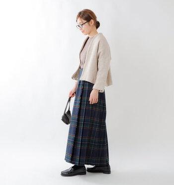 フロント部分にプリーツが入っていないのですっきりとして見えます。キレイ目にも、カジュアルにも着こなせるオールマイティなスカートです。