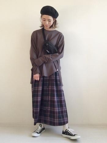 チェックのロングギャザースカート。ゆったり目のトップスでリラックス感ある着こなしに。