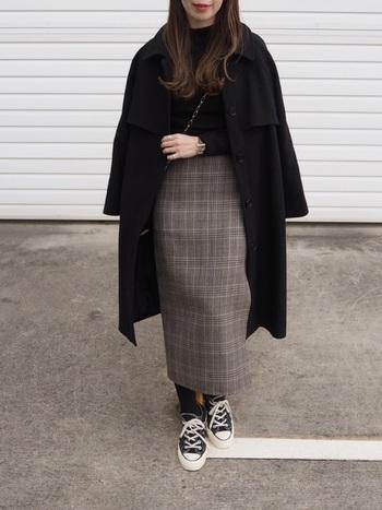 グレンチェックが上品なタイトスカート。黒のインナー&コートを合わせてキレイ目コーデに。足元はスニーカーではずすのがポイント。