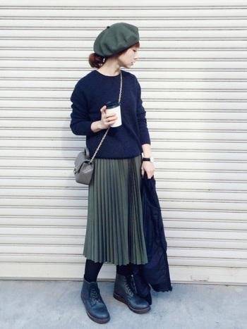 秋らしいモスグリーンの膝丈プリーツスカート。同系色のベレー帽がいいアクセントになっていますね。