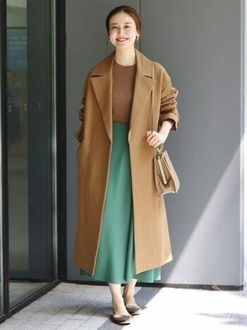 きれいなグリーンのスカート。キレイ目コーデにマッチするから、オフィススタイルに合わせたい。