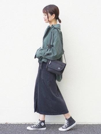 ブラックのデニムスカート。グリーンのシャツが秋の気分を盛り上げてくれますね。