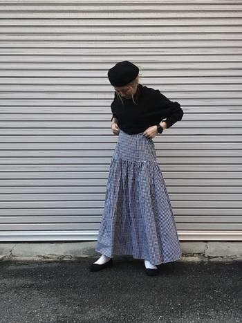キュートなティアードデザインのスカート。黒のニット&ベレー帽でフレンチシックに着こなして。