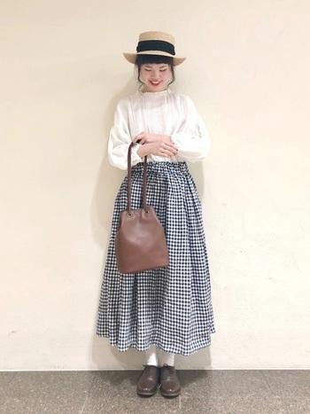 ギンガムチェックのギャザースカートに、フェミニンなレースのブラウスを合わせて。小物もフェミニンで統一して、外国の映画に出てくる女の子みたいな雰囲気に。