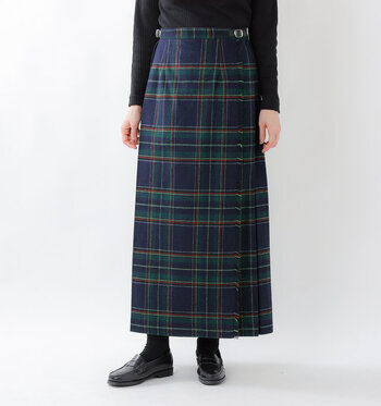 「O'NEIL OF DUBLIN(オニールオブダブリン」)の、aranciato別注のチェックロングスカート。伝統的なブリティッシュキルトスカートは、トラッドで上品な印象。