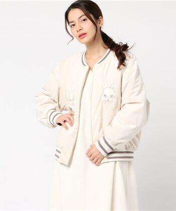 ベロア風の生地にうさぎがかわいいスカジャン。色や柄を選べばレディースでもかわいく着られそうですね。
