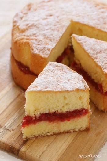 基本的なビクトリアケーキの作り方は、パウンドケーキと同様に、バター、砂糖、卵、小麦粉を同量で混ぜていき、型に流して焼き上げるというもの。こちらのレシピでは、配合は変えずに、ふんわりとやわらかく日本寄りのお味に仕上げています。重すぎず、食べやすいビクトリアケーキです。