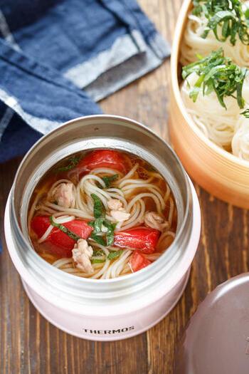 ツナ缶やめんつゆなどを使った、簡単で味わい深いつゆを、スープジャーで保冷します。そうめんは、のびないように別添えで。一口ずつくるくる巻いておくと、食べやすいです。