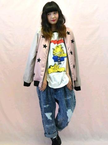 和柄ではなく星柄などの刺しゅうなら、スカジャンもぐっと着やすくなりそうですね。ダメージデニム、プリントTシャツでとことんカジュアルに着こなして。
