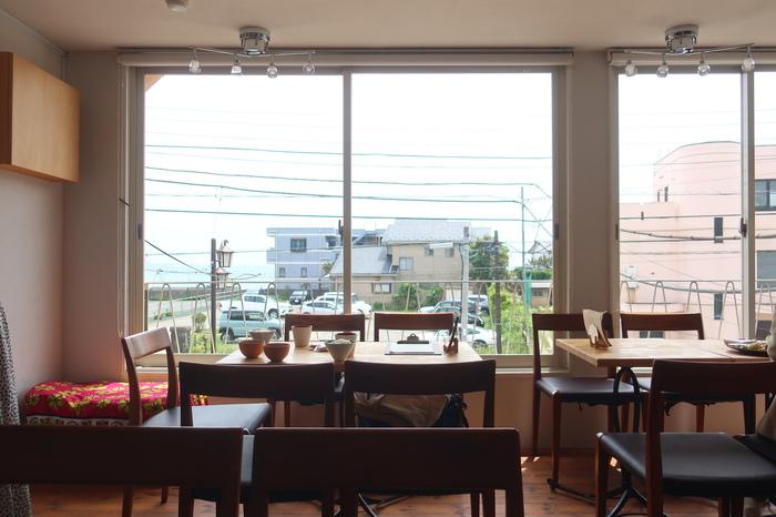 長谷駅から海に向かう途中にある「Musubee」。大きく開放的な窓からは由比ヶ浜も見える景色の良いスポットです。
