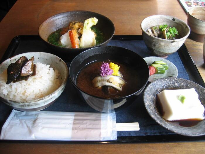 肉、魚、卵を使わない野菜がふんだんに使われた一汁三菜を提供してくれる体に優しいランチ。体にじんわり広がるお味と食材の美味しさを体感できます。
