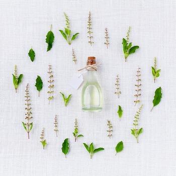 キューティクルオイルを選ぶ時は、<保湿力>が重要です。特に乾燥が気になる方は、保湿効果の高いものを選びましょう。中でも人気なのが、ホホバオイルやアルガンオイル等植物性オイルを配合したもの。そこに、アロエエキスやヒアルロン酸、ハチミツエキス等保湿効果を高める成分がプラスされていると、より良いですね。