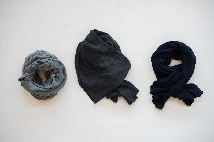 こちらは上質な天然素材を使用した肌着や服を提案するブランド、『シルクふぁみりぃ』のシンプルでおしゃれなロングスヌードです。ウール100%の極細繊維で作られたスヌードは、ふわふわとした優しい手触りが特徴です。落ち着いた色合いのベーシックカラーでどんな洋服とも合わせやすく、秋冬の様々なコーディネートに活躍してくれます。